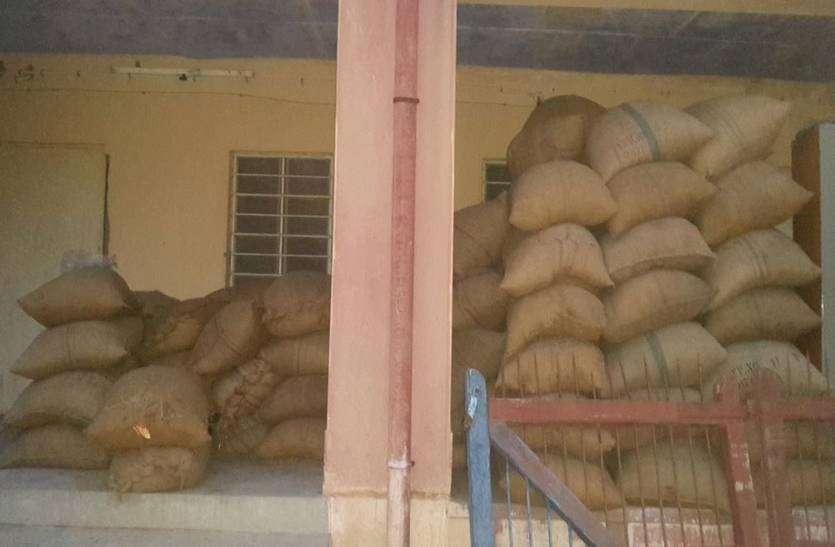 पुलिस ने बरामद की चोरी हुई बीज की बोरियां