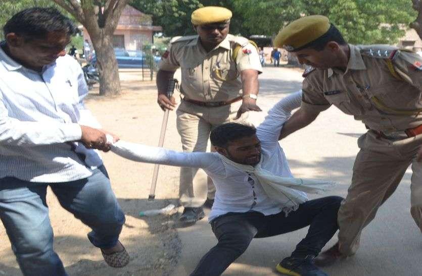 ...इसलिए कॉलेज प्रेसीडेंट को कैम्पस से घसीटते हुए ले गई पुलिस