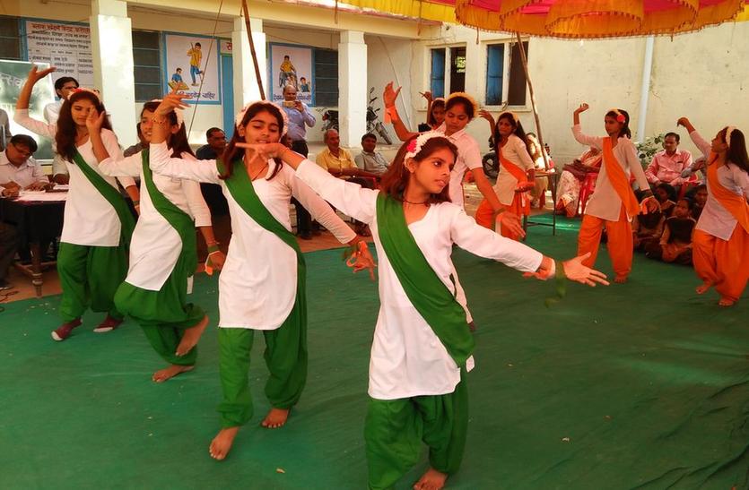 स्कूली बच्चों की सांस्कृतिक प्रस्तुतियों ने मोहा मन, जिला स्तरीय कला उत्सव पुरस्कार समारोह
