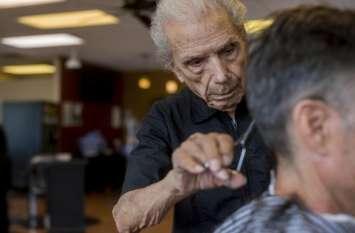 ये है दुनिया का सबसे बुजुर्ग नाई, बाल कटवाने के लिए लगी रहती है लोगों की लाइन