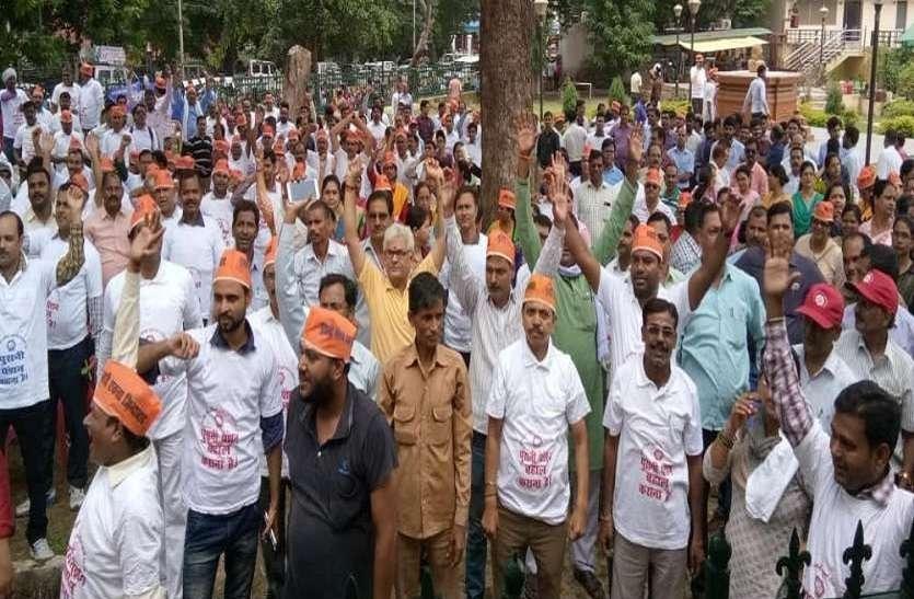 पुरानी पेंशन को लेकर यूपी कर्मचारियों का योगी सरकार के खिलाफ हल्लाबोल