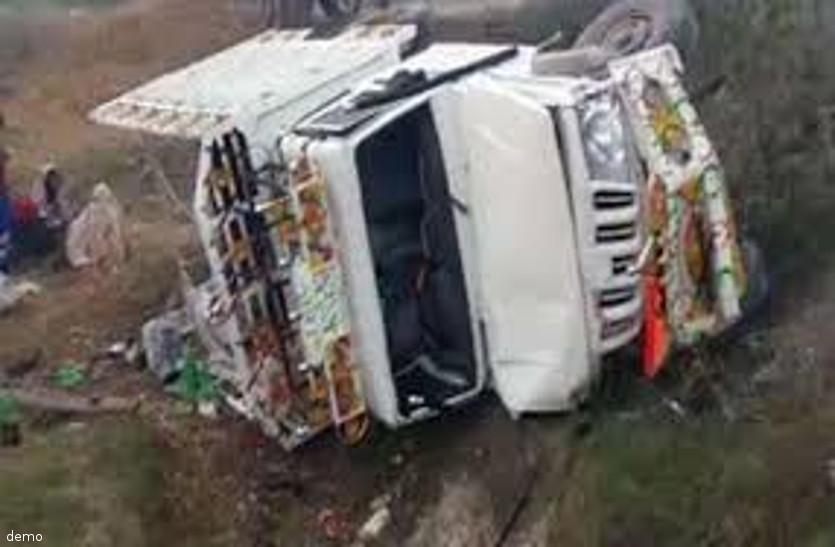 यात्रियों से भरी गाड़ी बिगड़ा बैलेंस और बीच रास्ते में पलट गई, एक की मौत, 21 घायल
