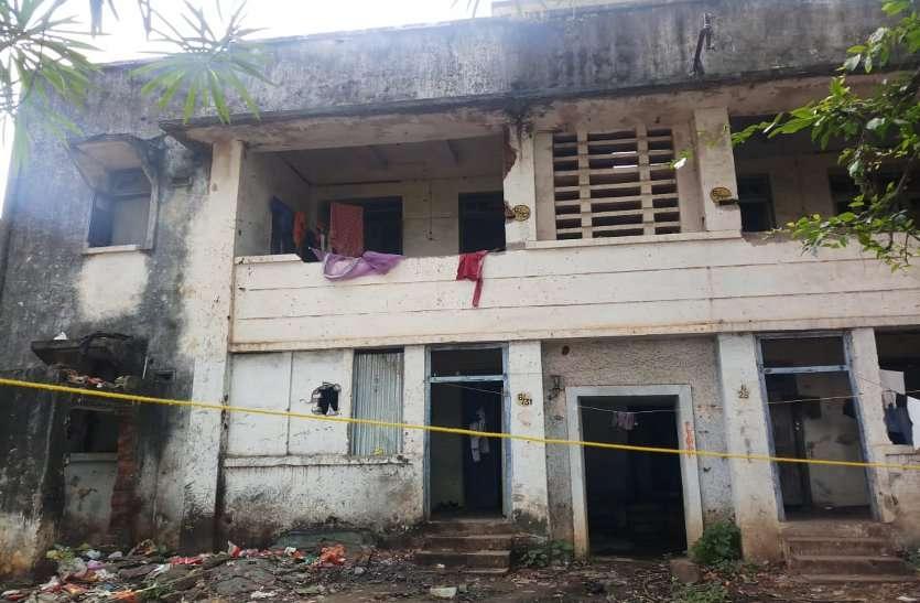 सरकारी रिकार्ड में खाली आवासों में अनजान लोगों का डेरा