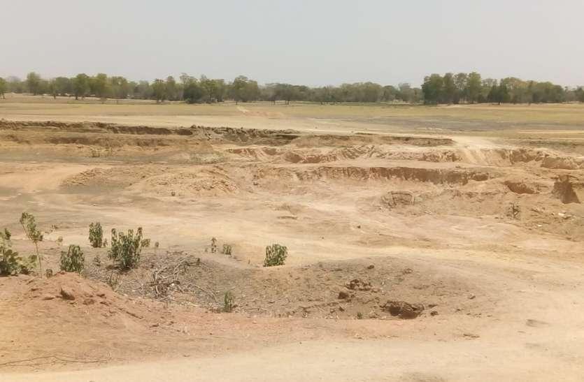 तालाब को भी नहीं छोड़ रहे खननकर्ता, अधिकारियों के मौन से बिगड़ रही है सूरत