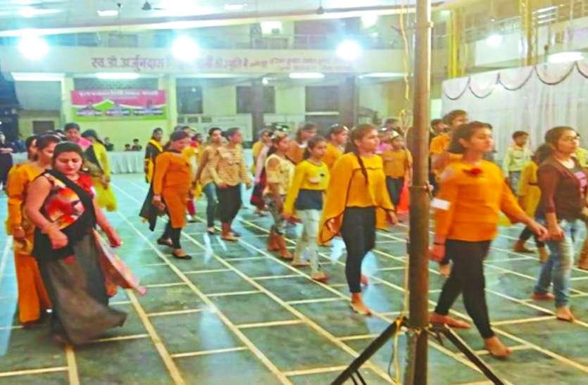 गरबा का प्रशिक्षण लेने युवाओंं की उमड़ रही भीड़