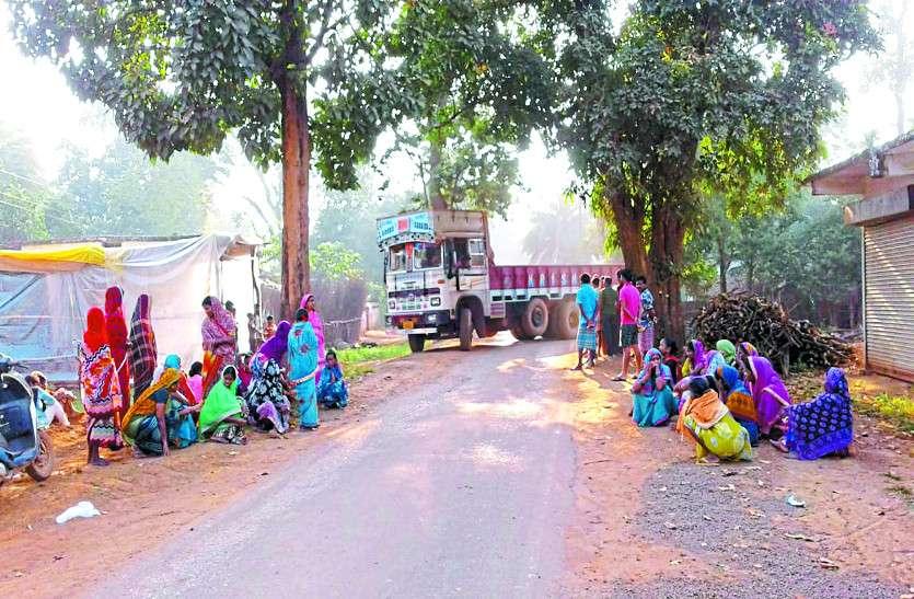 12 टन क्षमता वाली रोड पर दौड़ रही है 36 टन वाली ट्रकें, नाराज महिलाओं ने विरोध में की सड़क जाम