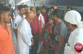 गुजरात से जान बचा कर आए लोगों ने सुनाया दर्द, कहा, मिल रही धमकी, भाग जाओ वरना...