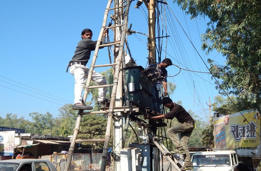 बिना सुरक्षा उपकरणों के कर रहे बिजली का काम, हो रही दुर्घटनाएं