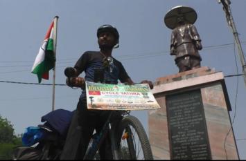 शहीदों के लिए भारत दर्शन पर निकला कर्नाटक पुलिस का जवान, साइकिल से कर रहा हजारों किलोमीटर की यात्रा