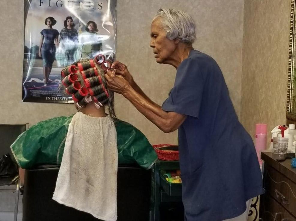 हेयर स्टाइलिस्ट 100 की उम्र में होंगी रिटायर, सैलून भी बंद