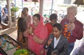 Photo Gallery : नवरात्रि के दूसरे दिन मां काली के दर्शन करने उमड़ी भक्तों की भीड़