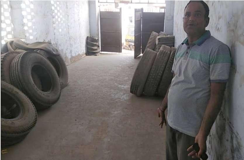 देेखिए वीडियो... टायर गोदाम में क्या कर रहे थे वे शख्स कि देखकर दंग रह गया मालिक