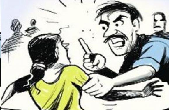 बच्चा चोरी के आरोप में गांव वालों ने कर दी महिला की जबर्दस्त पिटाई