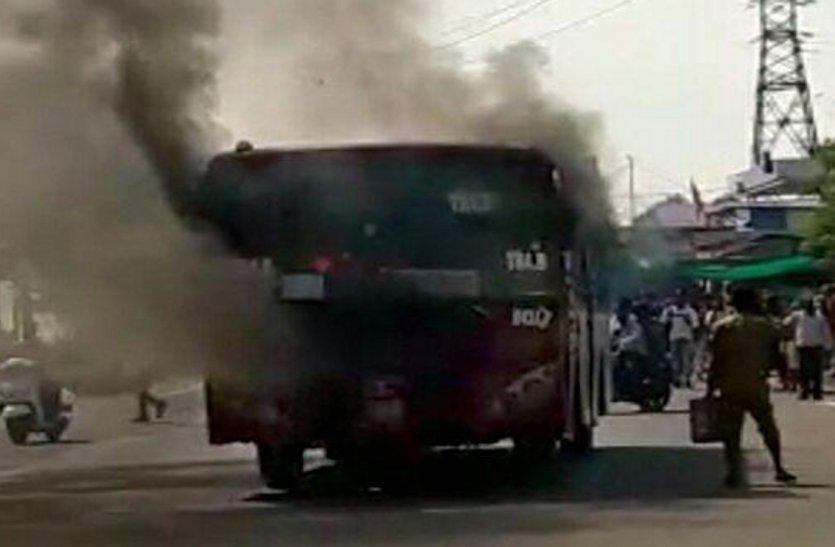 चलती लो-फ्लोर बस में लगी आग, अफरातफरी में खिड़कियों से कू दकर 40 यात्रियों ने बचाई जान