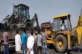 breaking news: दो ट्रकों की भिड़ंत, डेढ़ घंटे तक फंसा रहा ड्राइवर, मौत