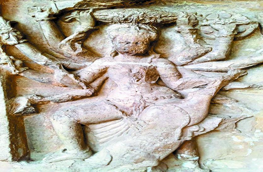 गुफा में 18 सौ और मंदिर में 11 सौ साल से विराजी हैं जगदम्बा