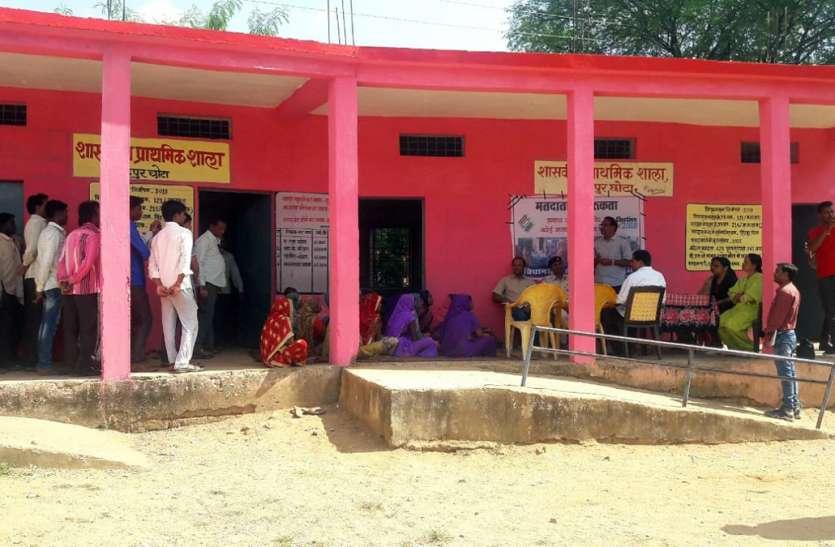 रिटर्निंग अधिकारी ने चीचली क्षेत्र के संवेदनशील मतदान केन्द्रों का किया निरीक्षण