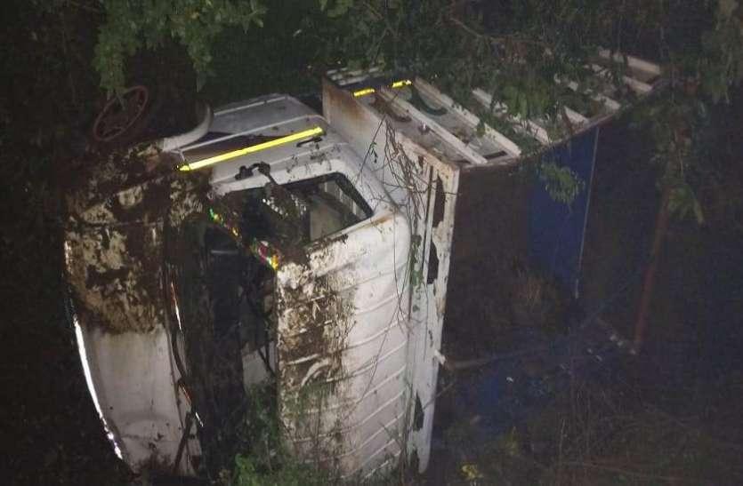 ट्रक की टक्कर से वैन नाले में गिरी, १८ यात्री घायल