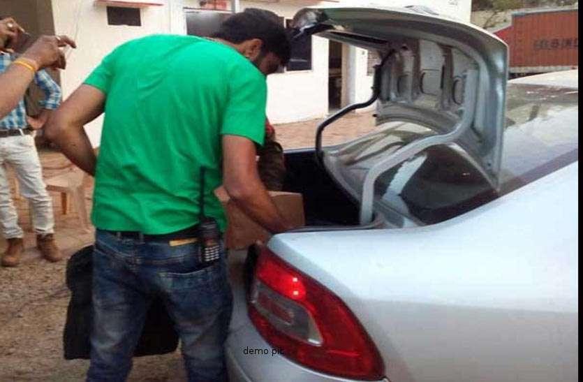 पुलिस का चकरा गया सिर जब चेकिंग के दौरान कार की डिक्की में देखा नोटों से भरा बैग