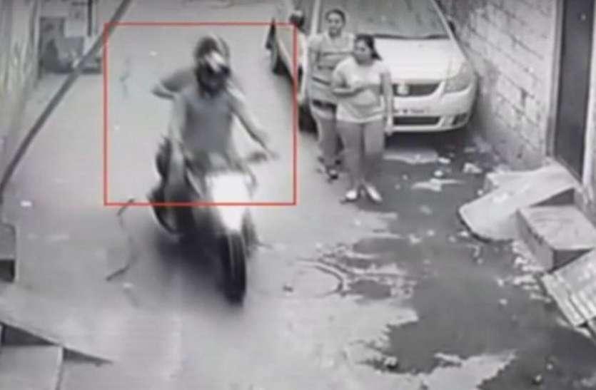 दिल्ली: जिम जा रही दो लड़कियों को बंदूक की नोक पर बदमाशों ने लूटा, सीसीटीवी में कैद हुई वारदात