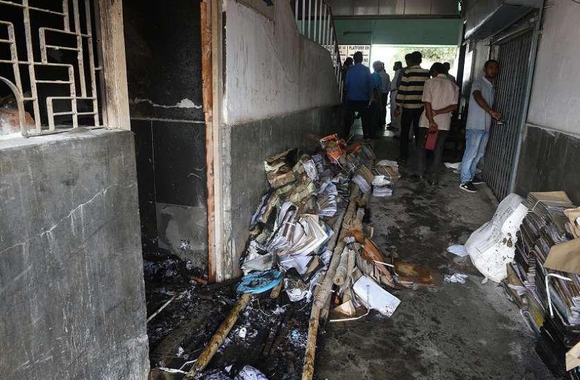 सियालदह स्टेशन में लगी आग, मचा हडक़ंप