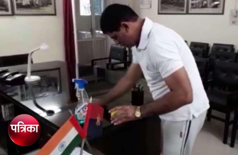 यूपी के ये IPS ऑफिसर खुद साफ करते हैं अपना ऑफिस, दूसरे अधिकारियों को दे रहे सीख