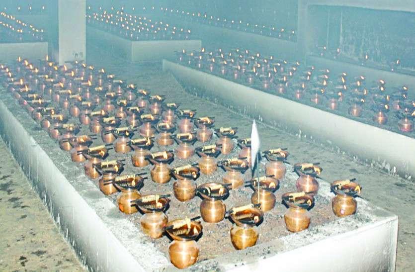 तीन तालाबों के बीच बसे इस मंदिर में माता के दर्शन करने लग रही भक्तों की कतार
