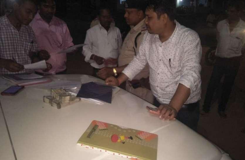 Breaking News : तहसीलदार ने टीम के साथ पकड़ी इनोवा और कार, 2 युवक संदिग्ध रूप से ले जा रहे थे लाखों रुपए