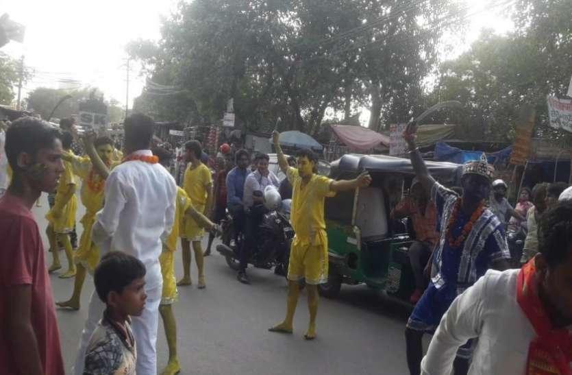 योगीराज में जब सड़क पर लहराई गई नंगी तरवारें तो लोगों में फैल गई हदशत, देखें वीडियो