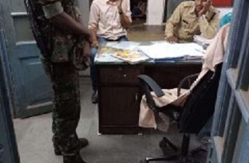नगर निगम एल्डरमेन को पुलिस ने थाने में बैठाया, एल्डर मेन और आरक्षक के बीच झूमाझपटी