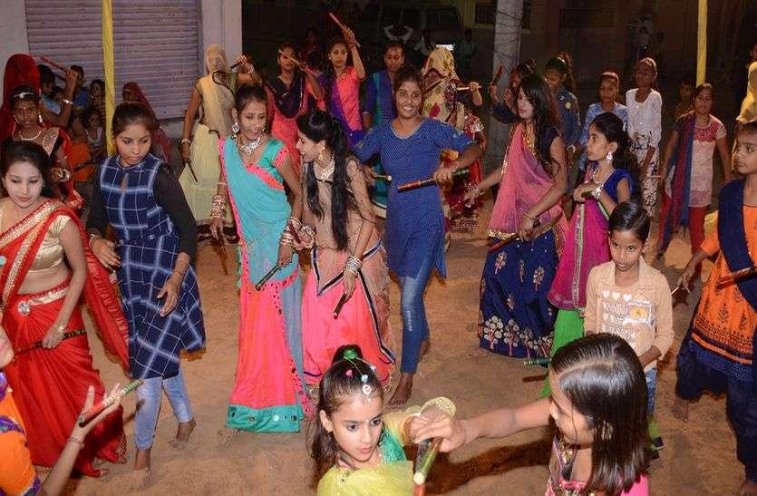 हाथों में डांडिया ले गुजराती गरबों पर किया नृत्य