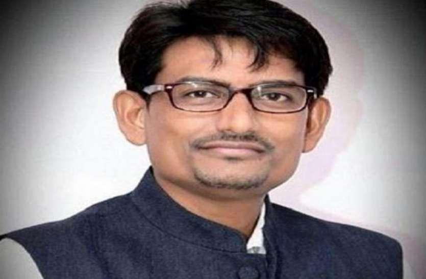 अल्पेश ठाकोर का सिर कलम करने वाले को एक करोड़ का ईनाम, सार्वजनिक जगहों पर लगा पोस्टर