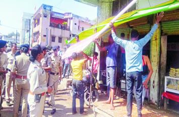 पुलिस ने हटवाए सड़कों से अतिक्रमण