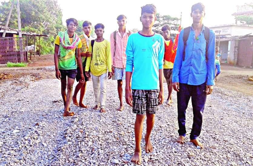 ठेकेदार ले रहा पदयात्रियों की अग्नि परीक्षा, भंडारपुर से ढारा मार्ग में बिछा दिया गिट्टी
