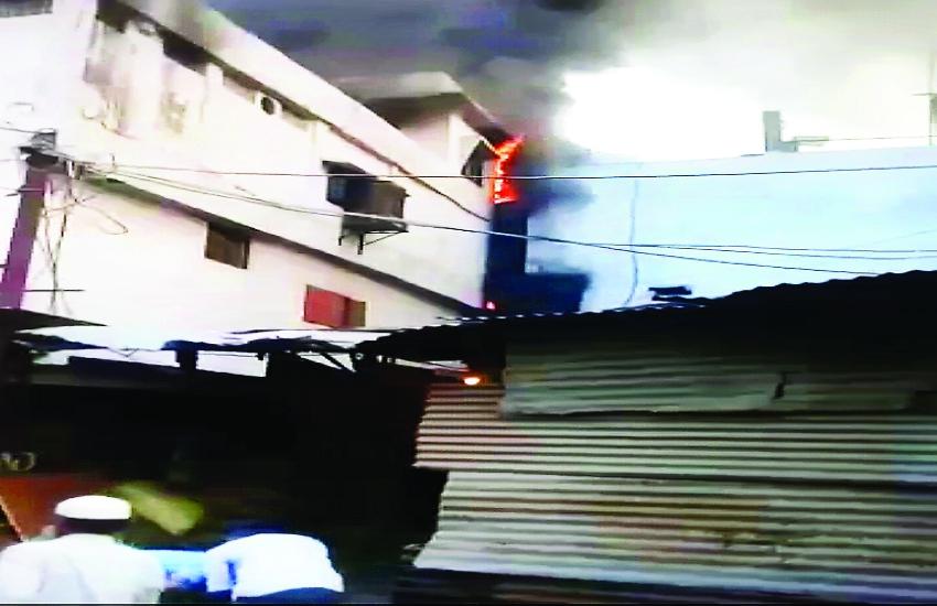 तीन मंजिला भवन में लगी भीषण आग, दूसरे-तीसरे मंजिल पर महिलाएं-बच्चे समेत 20 लोग फंसे, बाहर से सीढ़ी लगाकर उतारा