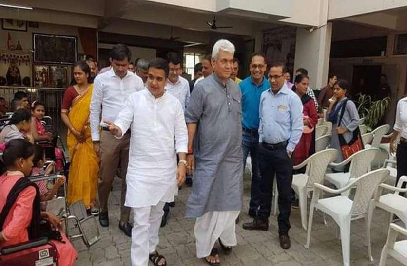 गाजीपुर के लोगों से मिलने पहुंचे रेल राज्यमंत्री सिन्हा