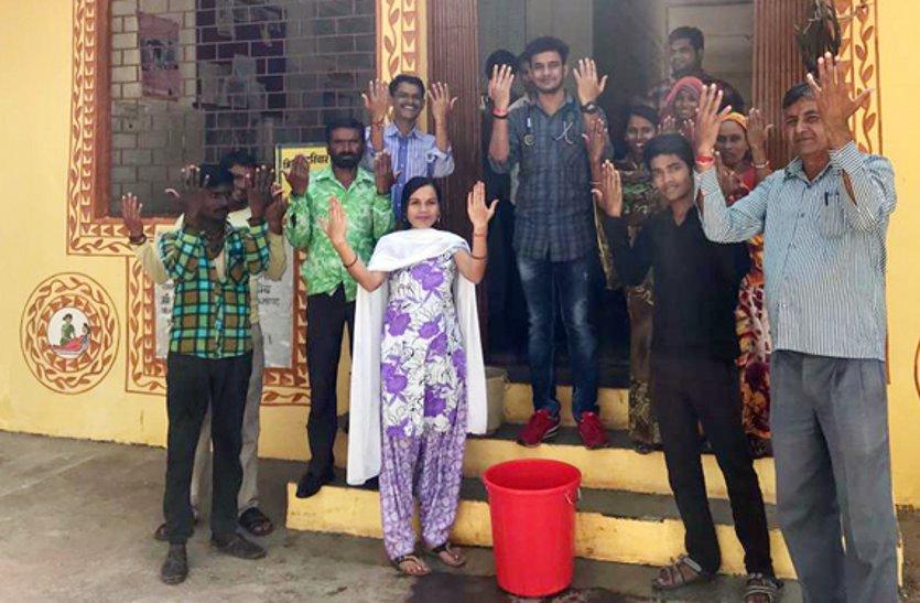 ग्रामीणों को बताए हाथ धोने के छह आसान चरण, स्वच्छता की दी सीख