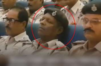 Watch: पटना पुलिस की चल रही थी हाईलेवल मीटिंग, खर्राटे लेते नजर आए जवान