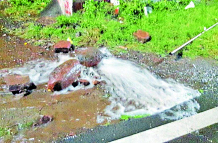 खुदाई में फिर फोड़ी पाइप लाइन, 25 हजार लोगों को नहीं मिला पानी
