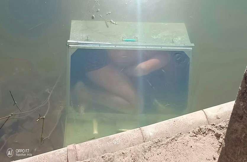 सनसनीखेज: नदी में संदूक में बंद तैरता दिखा शव, फैली सनसनी..