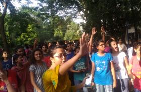 हॉस्टल में कपड़ों को लेकर वार्डन करती थी प्रताड़ित, गुस्साई छात्राओं ने किया प्रदर्शन