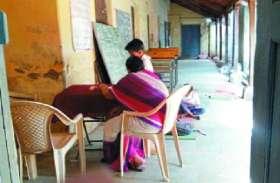 अजब स्कूल... पूरी क्लास में महज 2 बच्चे और टीचर भी नींद में