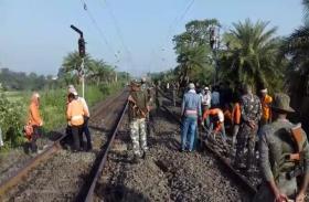 नक्सलियों का बिहार-झारखंड के 13 जिलों में बंद, रेल पटरी को उड़ाया