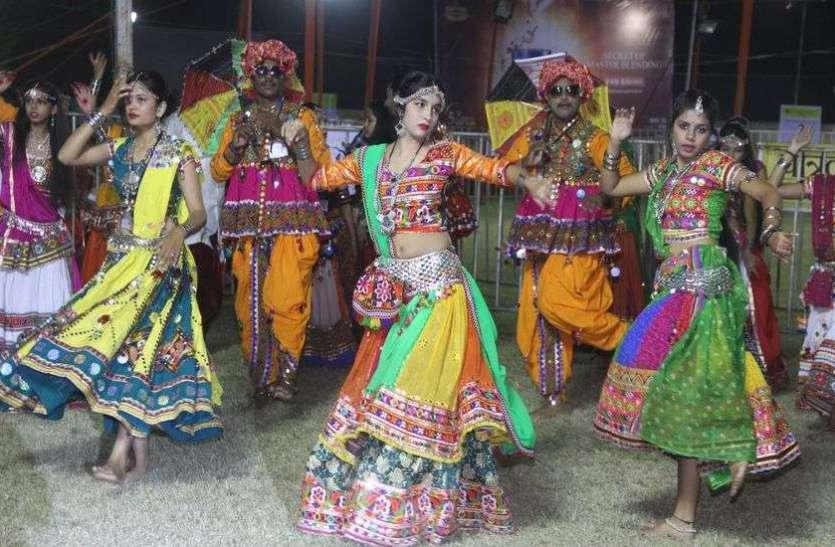 गुजरात के कलाकारों ने किया गरबा नृत्य