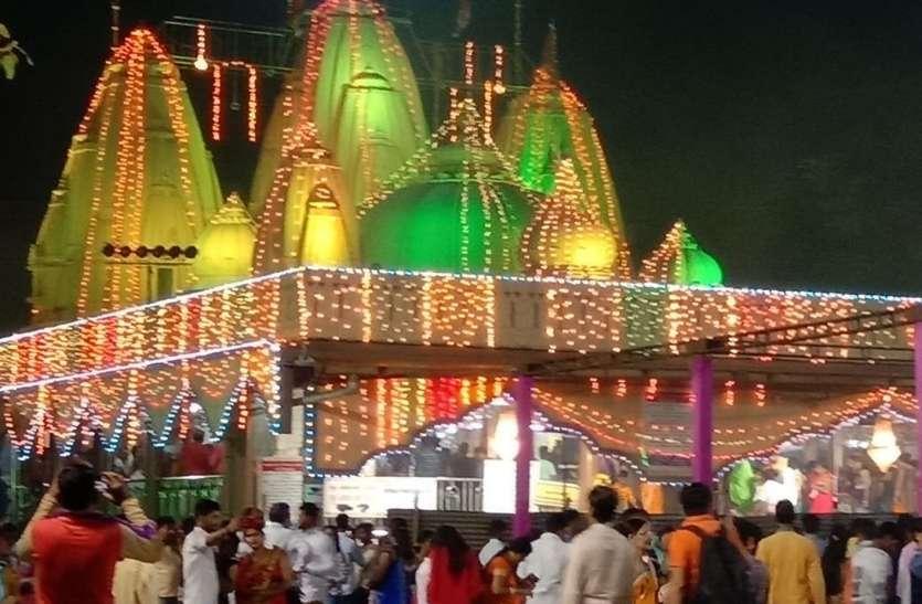हजारों की अनियंत्रित भीड़ का रेला धक्का-मुक्की के बीच देवी के दर्शनों की होड़