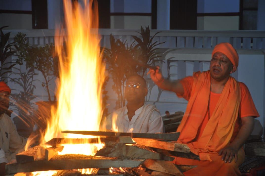 NAVRATRI मुख्यमंत्री ने गोरक्षपीठाधीश्वर के रूप में किया हवन-पूजन, शस्त्रपूजा