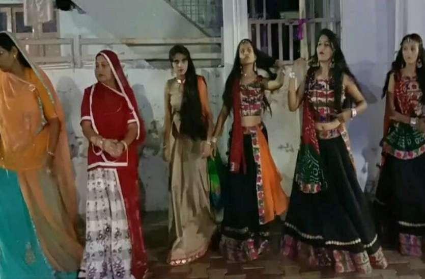 दुर्गा प्रतिमा विसर्जन के जुलूस में झूमते युवक युवतियों को देख ठहर गए हर किसी के कदम