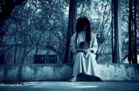 आधी रात को सफेद साड़ी पहने पेड़ की डाल पर सिकुड़कर बैठी थी 'वो', देखते ही चीखने लगे लोग