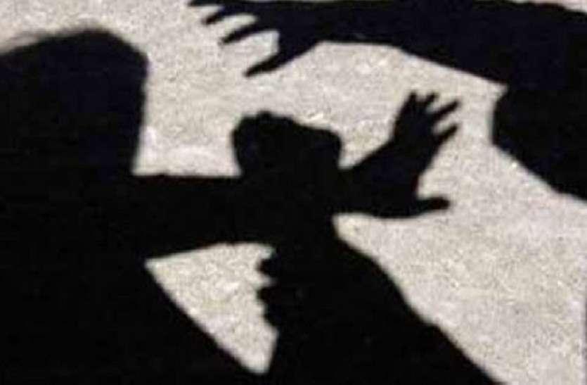 मामूली बात पर झगड़े दो परिवार, साड़ी खींचने, घर में घुसकर मारपीट का आरोप