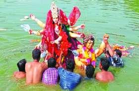बाजे-गाजे के साथ झूमते हुए निकले भक्त, नम आंखों से दी मां दुर्गा को विदाई